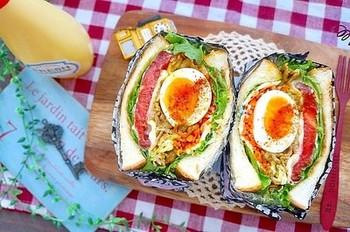 ワックスペーパーを箱型にしてお皿の代わりにしてしまいましょう♪ ボリューミーなサンドイッチでもまとまりができて食べやすくなりますよ。