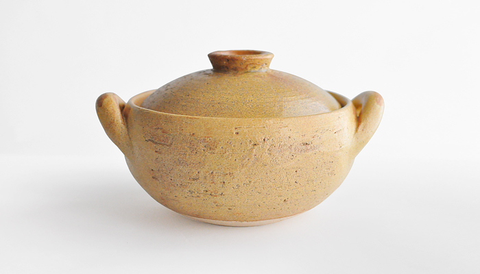 素朴なコロンとしたシルエットで心もなごむ「みそ汁鍋」は、汁ものはもちろん、煮物づくりにも大活躍! 遠赤外線とマイナスイオンの相乗効果で、塩分をまろやかに、やさしい味に仕上げてくれます。