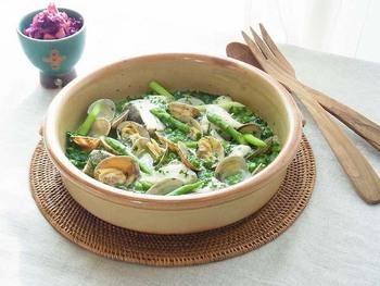 土鍋はヨーロッパの家庭でもよく使われます。たらとあさりと緑のお野菜をたっぷり使ったスペイン風の煮込み。オリーブオイルとにんにくの香りが食欲をそそります。