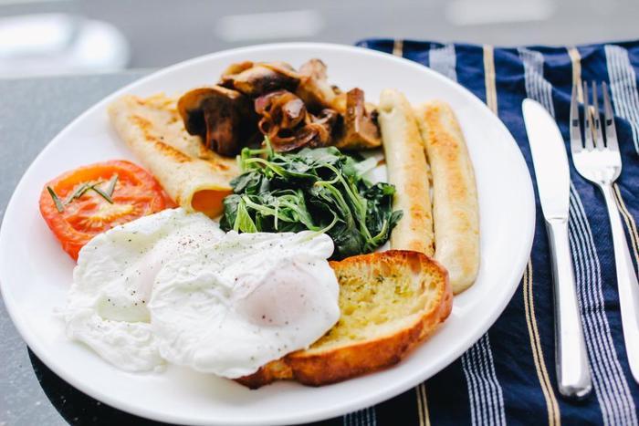 ボリュームたっぷりな「フル・イングリッシュ・ブレックファスト」は、世界的にもとても有名。お肉や野菜、卵にトーストなど、お好みの具材を大きな1つのプレートにのせて、いただきます。  イギリスのカフェでも定番のメニューなので、休日の朝のカフェはとっても賑やか。偶然、隣に座った人と他愛のないお喋りをしている…なんていう光景もよく見かけます。