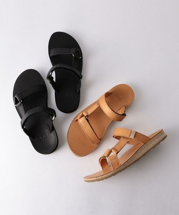 <Universal Slide Leather>  レザーでできたストラップが品のある一足。「Universal Slide」はサンダルのストラップを調節しなくてもよいスライドサンダルのシリーズで、手間無く快適に履くことができます。