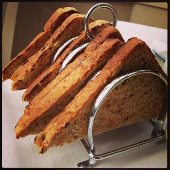 朝はトーストを家族みんなで…という家庭も多いので、こんなトーストラックがあります。イギリスのアンティークショップでは、陶器の可愛いトーストラックも発見できます。