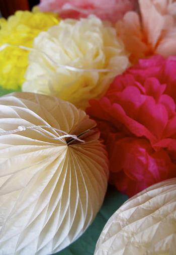 ・薄紙(お花紙) ・厚紙または画用紙 ・のり ・はさみ ・コンパス ・針と糸
