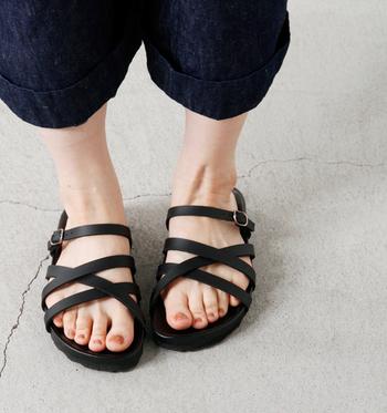 細いレザーストラップが女性らしい一足。ソールはクッション性があり、足の形に合わせて凹凸があるので、快適な履き心地。