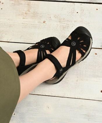 <Rose Sandal>  女性らしいフォルムとデザイン。履いていることを忘れてしまうくらい軽くて、自然な履き心地が特徴です。