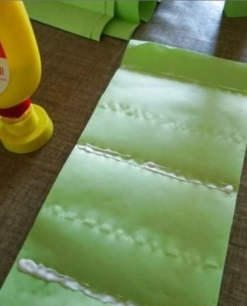 1.薄紙を写真のように1枚ずつ広げ、1枚目の薄紙に2本線をひくようにのりを塗り、2枚目を重ねます。 2.2枚目の薄紙には3本線をひくようにのりを塗り、3枚目を重ねます。 3.1~2を繰り返します。(このサイズで約20枚程度)