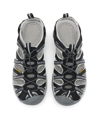 <Whisper>  網の目のようなデザインで、靴と同様のホールド感がありながら、サンダルとしての機能性もばっちり!
