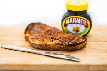ビールの酒粕から作られる、ビタミンBたっぷりなマーマイトも朝ごはんの定番。アツアツのトーストにのせて、いただきます。個性的なお味のため、好き嫌いが分かれる食べ物でもあります。納豆のような存在かもしれませんね。