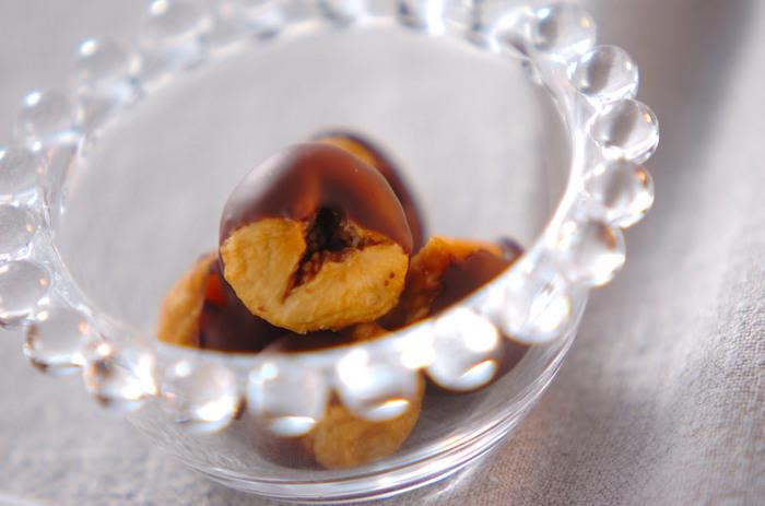 材料わずか2つだけ! ドライイチジクに溶かしたビターチョコレートをつけたらできあがり。簡単なのにオシャレなのも良いですね。