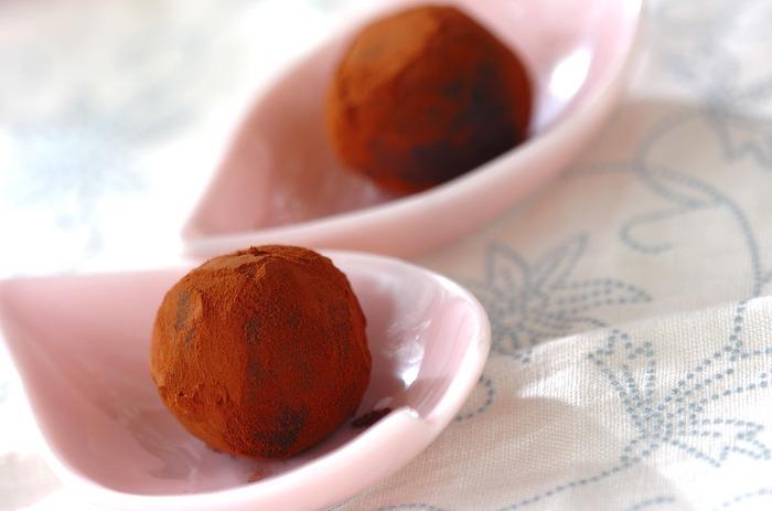 こしあんにオレンジピールを入れ混ぜたら丸め、ココアをまぶしてつくる「あんトリュフ」。和菓子派さんにもおすすめのレシピです。