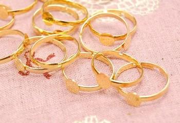 指輪の土台には、やはり肌なじみのいいゴールドがおすすめです。 プラバンを接着しやすいように、土台が平らになっているものが使いやすいですね。