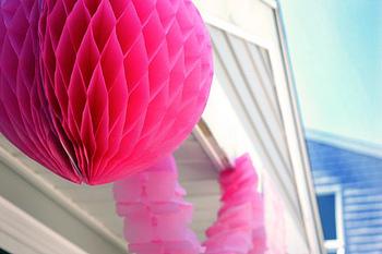 海外でよく開催されるアウトドアパーティーでは、こうして外にも飾り付けされています。ポップな色のハニカムボールと青空のコントラストがキレイですね!