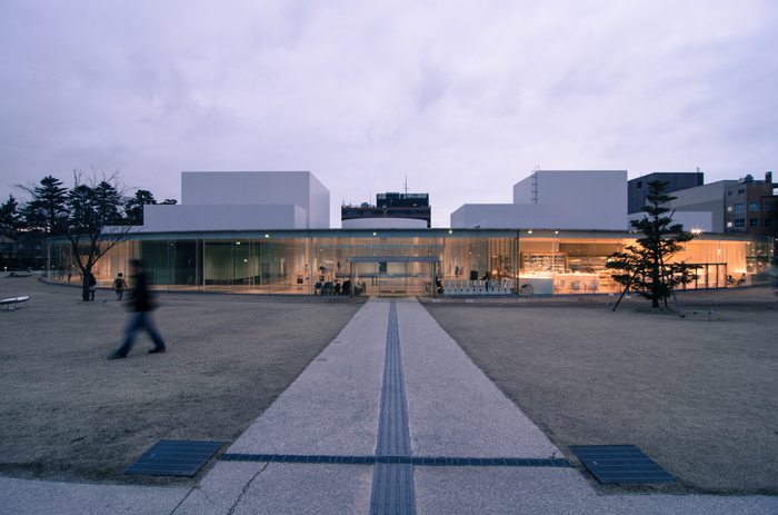 人生で一度は行ってみたい美術館のひとつ、石川県金沢市にある金沢21世紀美術館。現代美術に興味がない人も、大人も子供も楽しめる美術館。ジェームズ・タレルの作品以外にも、見て体験できる楽しみも沢山あります。金沢観光の際には是非ともルートに入れてみて。