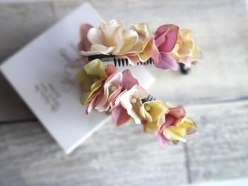 小ぶりの紫陽花の花びらがとっても素敵なデザイン。 淡いとピンクとイエローの組み合わせも女性らしくてヘアスタイルが一層華やかになりそうですね。