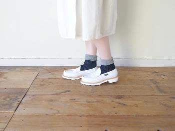 50年以上もの間、靴下をつくり続けるベテランの職人さんと作った靴下はローゲージで、一人一人の足の形にゆったりフィットします。