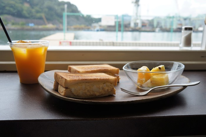 「フルール」は、サンドイッチとスムージー、フルーツヨーグルトが評判のカフェ。海岸に面しているので、尾道水道を眺めながら美味しく食事が頂けます。