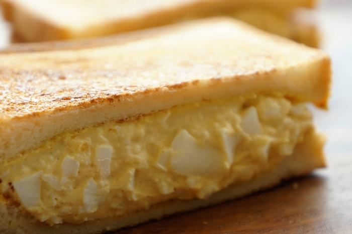 早起きの旅人には嬉しい、7時開店。ドリンク付きのモーニングセットは、AからDまで4種類。人気が高いのは「たまごサンドセット」。カリッとしたトーストに玉子がたっぷり。パンの焼き加減が絶妙と評判。