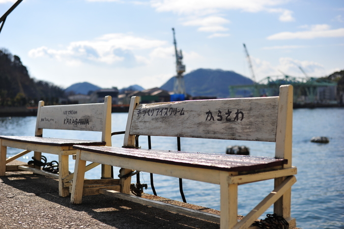 昭和14年創業の「からさわ」は、尾道市民が愛する自家製のアイスクリーム店。 【画像は波止場のからさわベンチ 】