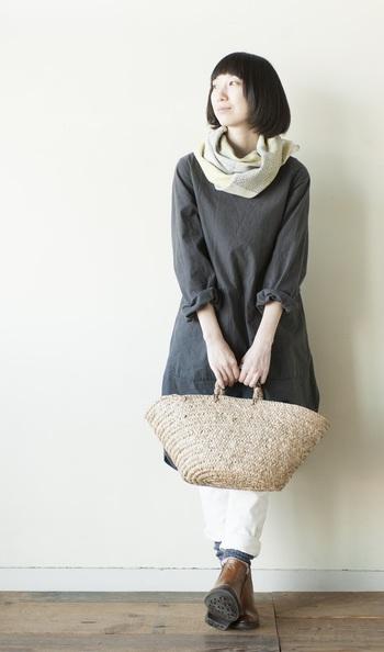 コットンとウールの糸で丁寧に編まれた、柔らかな肌触りのストール。季節を問わず、長く愛用できる一枚になりそう。