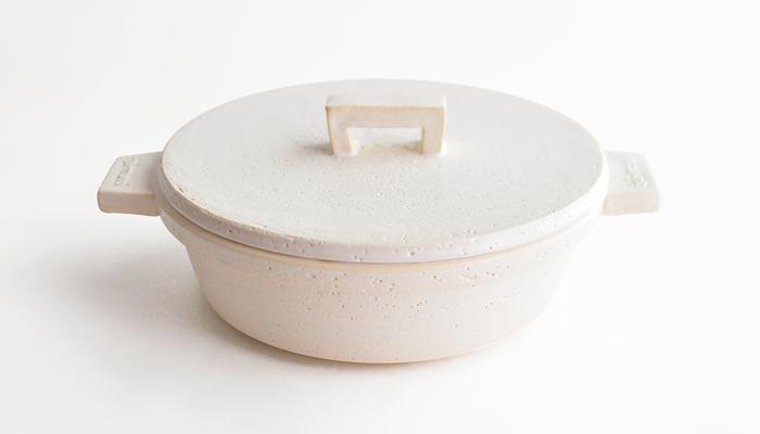 平らな蓋や、すっきりとしたシルエットが印象的なビストロ土鍋。コンパクトな設計で、オーブンやレンジでも使えるのが嬉しい。いろんな調理法を一つの鍋で試せるので、使い勝手が良く重宝しそうです。