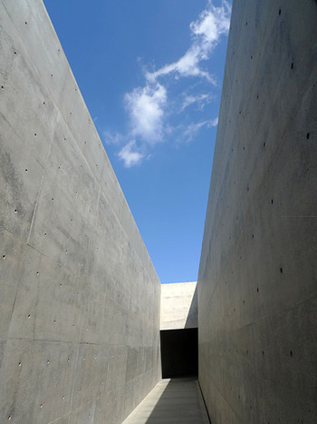 建築も作品として味わいたい美術館です。