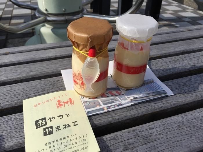 一番人気は、「尾道プリン」。 広島市の山中で放牧飼育している農場から直送される低温殺菌牛乳と生クリーム。尾道産の産みたて卵と北海道産のてんさい糖を使用しています。厳選素材で作られたプリンは、コクがあって甘味も程良く、身体に優しい味わいです。添付のレモンシロップを入れると、チーズケーキような味わいに変化します。パッケージも可愛く、尾道土産にぴったりです。