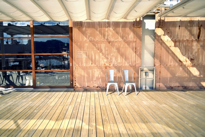 """「Onomichi U2」は、ホテル、レストラン、カフェ、セレクトショップ、イベントスペース、ギャラリー等などからなる複合施設。港湾の倉庫だった建物をリノベーションしています。 尾道は""""しまなみ海道""""の出発点。この施設では、アクティブなサイクリストや観光客に向けて、様々なサービスを提供しています。"""
