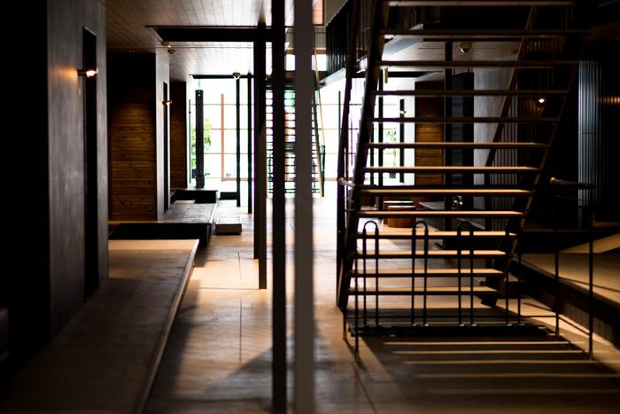 「HOTEL CYCLE」もその一つ。自転車ごと宿泊できるサイクリストに優しいホテルです。自然素材を用いた内装はリラックス出来ると評判です。「Onomichi U2」内には、サイクリスト向けのショップやレンタサイクル店も入っています。急の故障でも安心です。