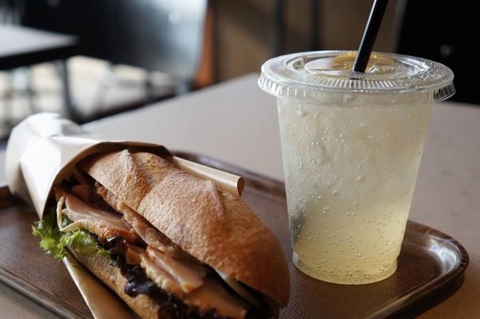 施設内には、レストランのThe RESTAURANT・バーのKOG BAR・カフェのYard Cafe・ベーカリーショップのButti Bakeryの4つの飲食テナントが入っています。【画像は「YardCafe」。】
