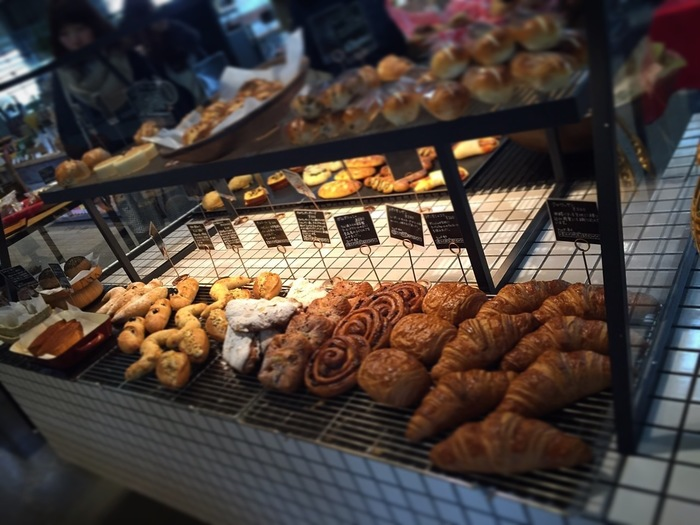 「Butti Bakery」のパンは、実に種類豊富。ハード系、食事系、デニッシュ系、惣菜系と様々に並べられています。デッキで頂くのも良し。旅のお供にテイクアウトしても良し。