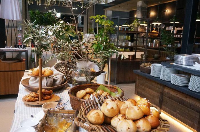 「The RESTAURANT」は、朝から晩まで楽しめるイタリアンレストラン。瀬戸内海で揚がる新鮮な魚や銘柄鶏、牛肉をのグリル料理が自慢。炭火でダイナミックに焼き上げます。