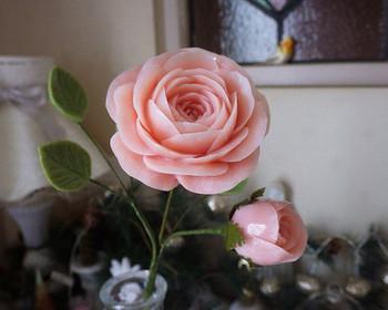一輪挿しにあしらったバラはよくみると…ソープカービング。繊細な花びらまでキレイに作られていて、本物と見分けがつきませんね。葉っぱまで石鹸です。