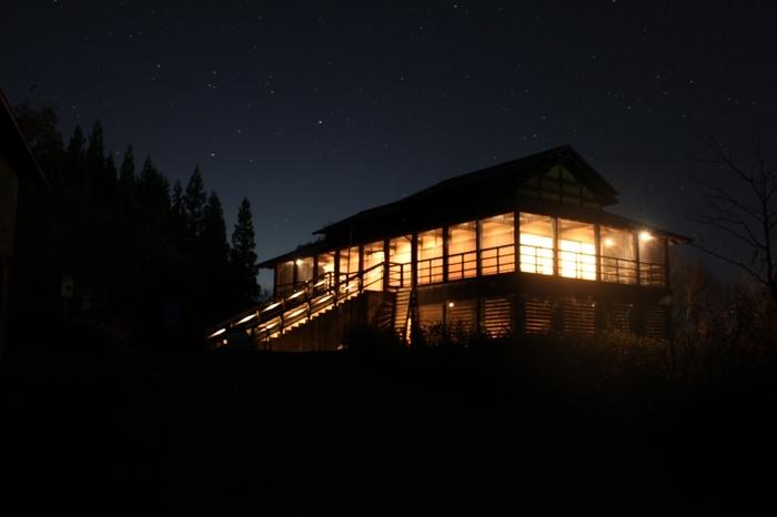 周りに街灯はないので、夜は暗闇に建物がぼんやりと浮かびます。 宿泊すれば、特別な時間が味わえそう。