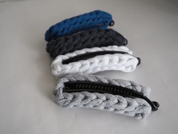 縄編み模様が素敵なTシャツヤーンを使って編み上げたバナナクリップは、カジュアルスタイルのポイントになってくれます。