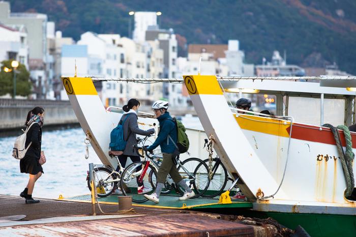 フェリーに自転車を積載することも可能です。規定のエリア内で周遊するサイクリスト向けに、運賃割引カード(せとうちサイクルーズPASS)も無料で発行されていますので、ぜひ利用しましょう。