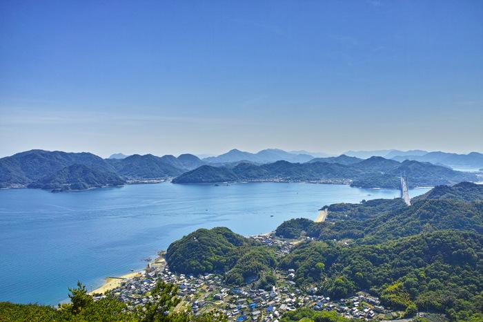 【画像は、高見山展望台からの景色。右の橋は因島へと続く「因島大橋」。】