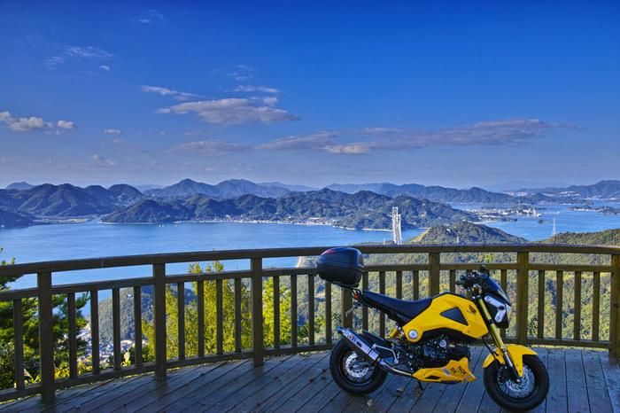高見山は、この島のシンボル。展望台からは、瀬戸内海屈指の景色が眺められ、春は桜が彩ります。天気の良い日なら、お弁当や飲み物を用意して、ここでランチや休憩タイムを。