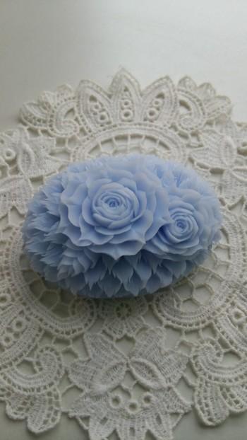 透けるような花びらが、繊細な手仕事をものがたっています。