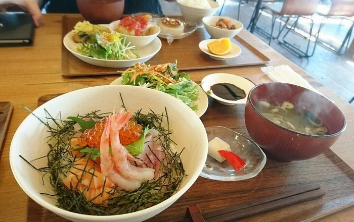 立花食堂の人気メニューは、「日替わり定食」と「海鮮丼」。