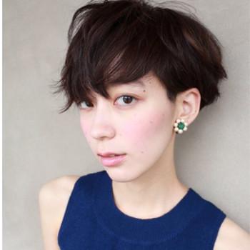 少し重ための前髪のアレンジです。分け方や分ける分量をいつもと変えるだけで印象が変わりますね。前髪ブローでランダムに動きをつけるのも◎