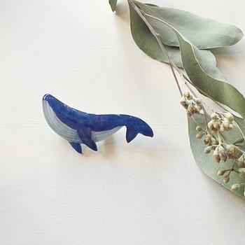 こちらは動物モチーフのプラ板です。水彩で手書きされた青のぼかし具合に引き込まれそう。