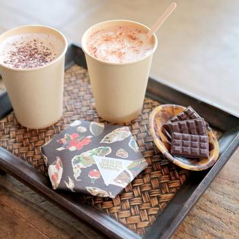 """ドリンクメニューは、ホットチョコレイトとホットカカオミルクの他、冷たいカカオソーダやみかんジュース等など。店内では""""本日の一口チョコレート""""が頂けます。"""