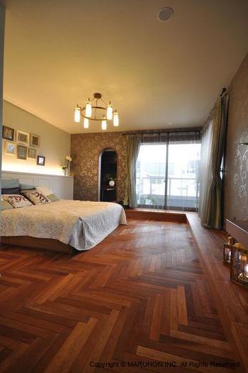 """温もりと上質な雰囲気が素晴らしい""""ヘリンボーン""""床。 居住空間はこういう空間でありたいもの。"""