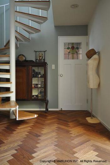 """先述した通り、床はインテリアの雰囲気を決定づける大事な要素です。  フローリングと一口にいっても、単層・複合とあり、使われる木材の種類も多種多様。同じ材質であっても、塗装や仕上げによって色合いも風合いも様々に変化します。また張り方の種類も多く、""""ヘリンボーン""""張りといっても、木片の長さや太さ、木材の組み合わせによって、空間にもたらす雰囲気は大きく異なります。  でも、概ね""""ヘリンボーン""""の床は、クラシカルでシック、""""りゃんこ""""張りに比べて華やかさがあります。多くのモノを室内に置くことを好まず、でも何か雰囲気が欲しいという方には、オススメの床張りです。  改装時に検討する時は、天井高や手持ちの調度品、好みのインテリアスタイルとのバランスについてよく検討しましょう。"""