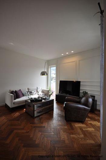 アンティーク風で、モダンな印象のインテリア。 茶色の家具とナチュラルカラーの調度品がよく映えています。