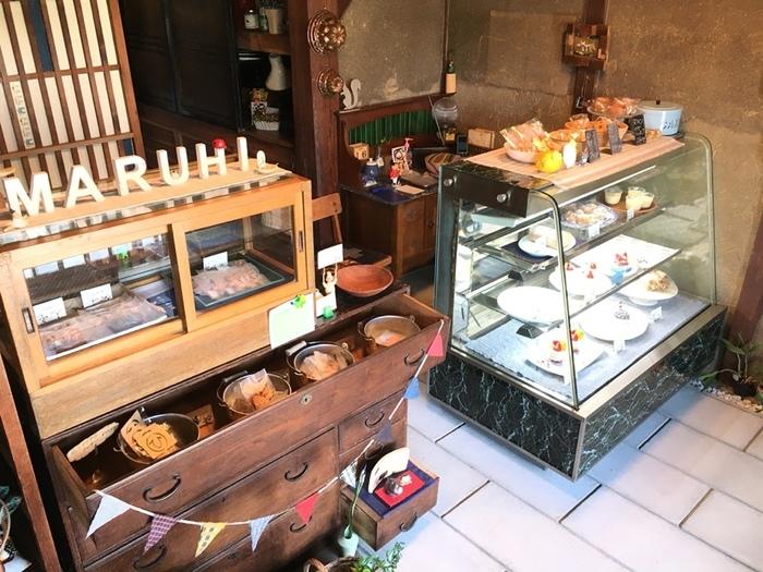 引き戸を開けるとケーキショップ!というシチュエーションも目新しく、ワクワクさせます。焼き菓子の硝子棚もレトロな雰囲気。