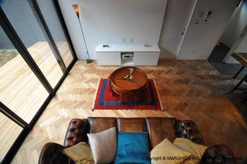 """""""ヘリンボーン""""の張り方も様々。木片の長さや方向によって雰囲気も異なります。何も置かなくても様になりますが、画像のようにソファなどのデザイン性の高い家具を置いても絵になります。"""