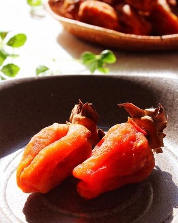 ラム酒漬けに合うとひそかに人気を集めているのが干し柿です。レーズンほどの大きさに刻み、表面の白い粉を熱湯で洗い流し、乾かしてからラム酒に漬けます。