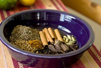 シナモンやアニス、ナツメグ、バニラビーンズなどの香辛料はラム酒との相性が良く、香りにアクセントをつけることができます。 フルーツを詰め込んだあとにそっとのせて、ラム酒を注ぎましょう。