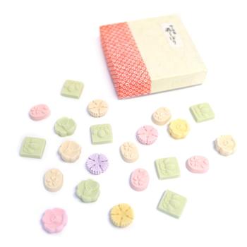 この愛らしい紅白の落雁は、記事のはじめに紹介した、京都「俵屋」で供される「本和三盆福俵」を手掛ける「ばいこう堂」さんの『和三宝』。  和三盆糖の産地ならではの、糖の美味しさが味わえる逸品。くちどけの良さ、爽やかで淡白な味わいは、和三盆糖ならではのもの。  薄紙からのぞくほのかな色と、奥ゆかしい味わいは、お土産にもピッタリの落雁です。